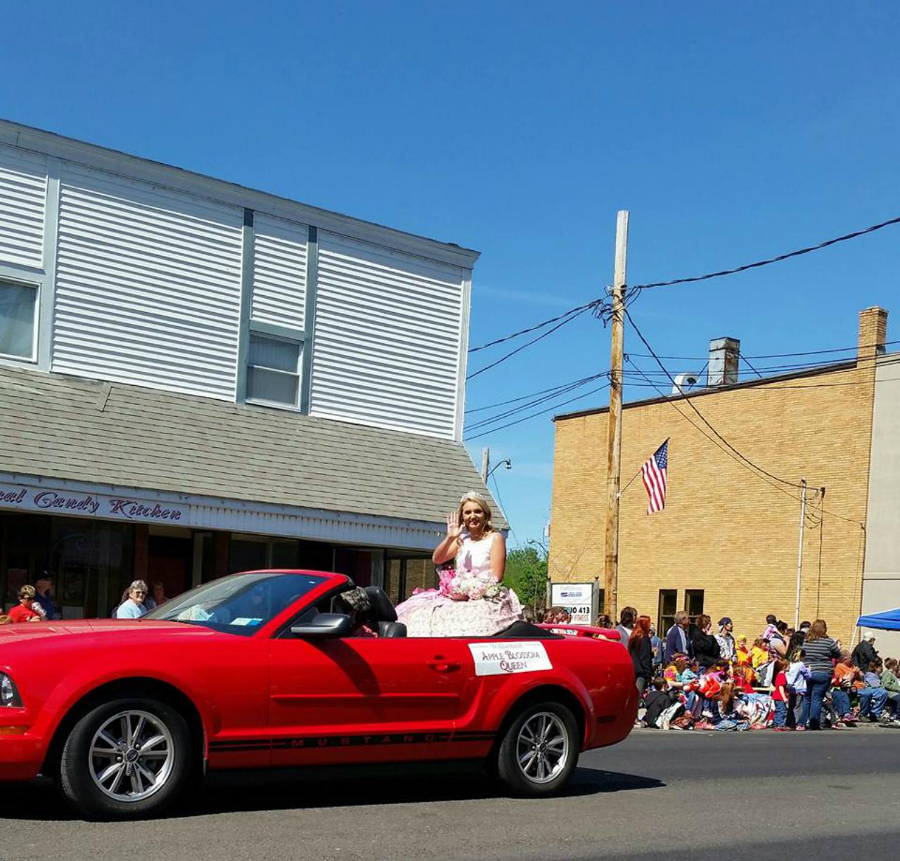 Festival queen rides through Williamson (photo)